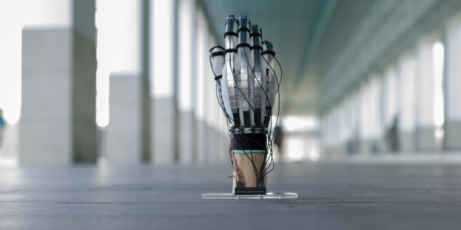 Mit dem Virtual-Reality-Handschuh virtuelle Objekte «berühren»