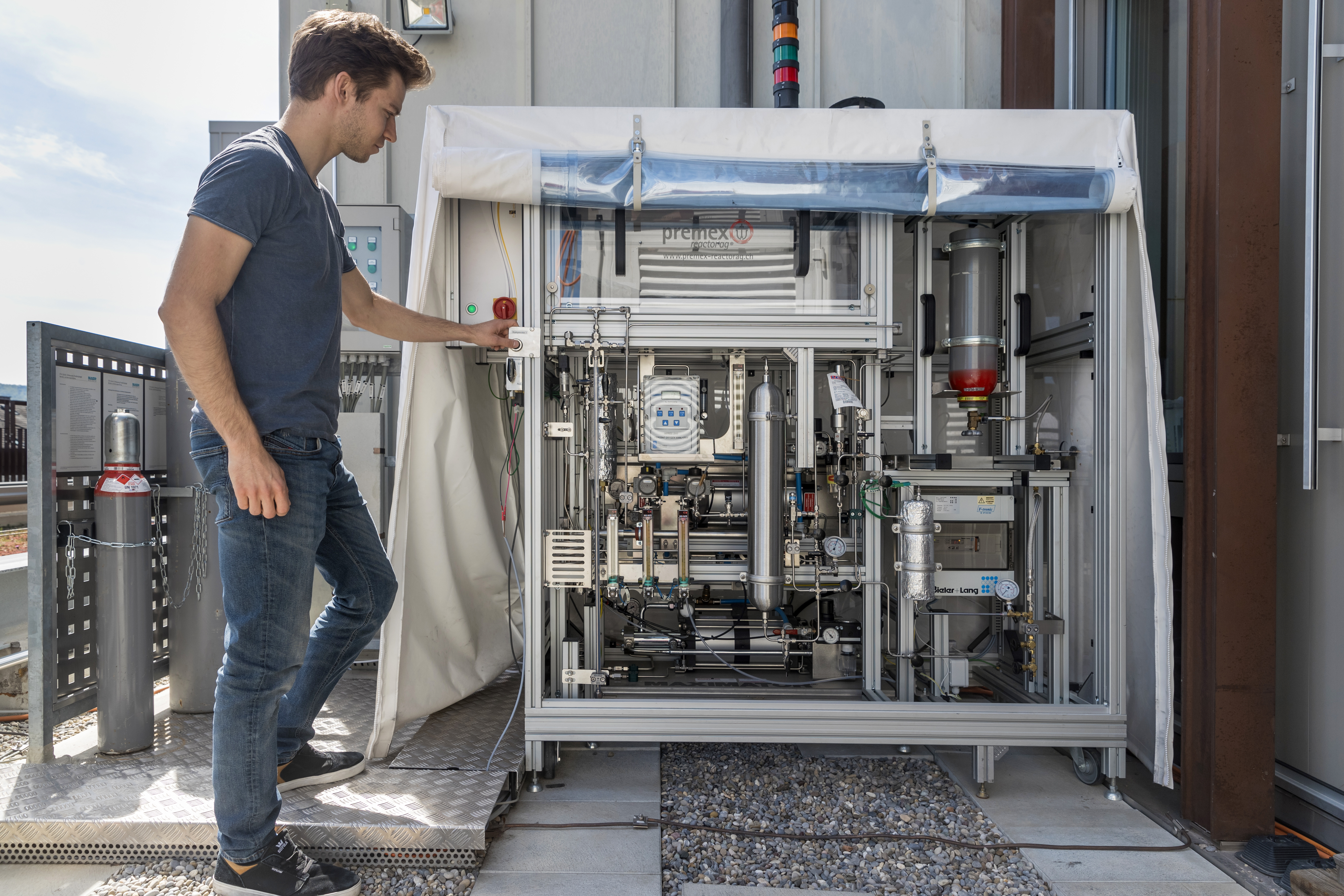 Solar mini-refinery for sustainable fuels | ETH Zurich