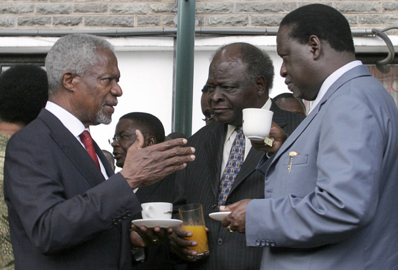 Former UN Secretary-General Kofi Annan (L) talks with Kenya's President Mwai Kibaki (C) and opposition leader Raila Odinga