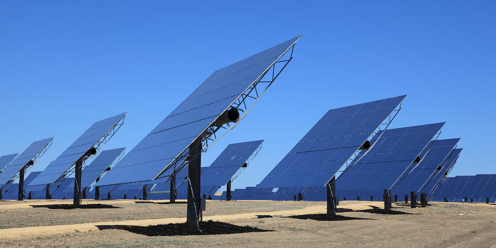 Photovoltaik-Anlagen auf einem Feld