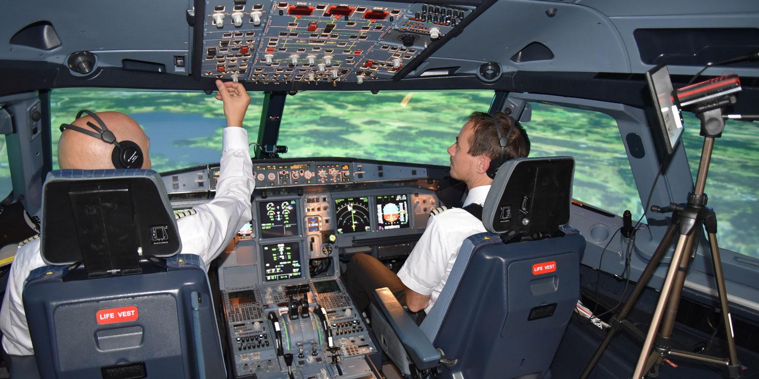 Im Cockpit eines A320-Flugsimulators zeichnet ein Eye-Tracking-System aus Kameras und Infrarot-Sensoren laufend die Blicke des Piloten auf.