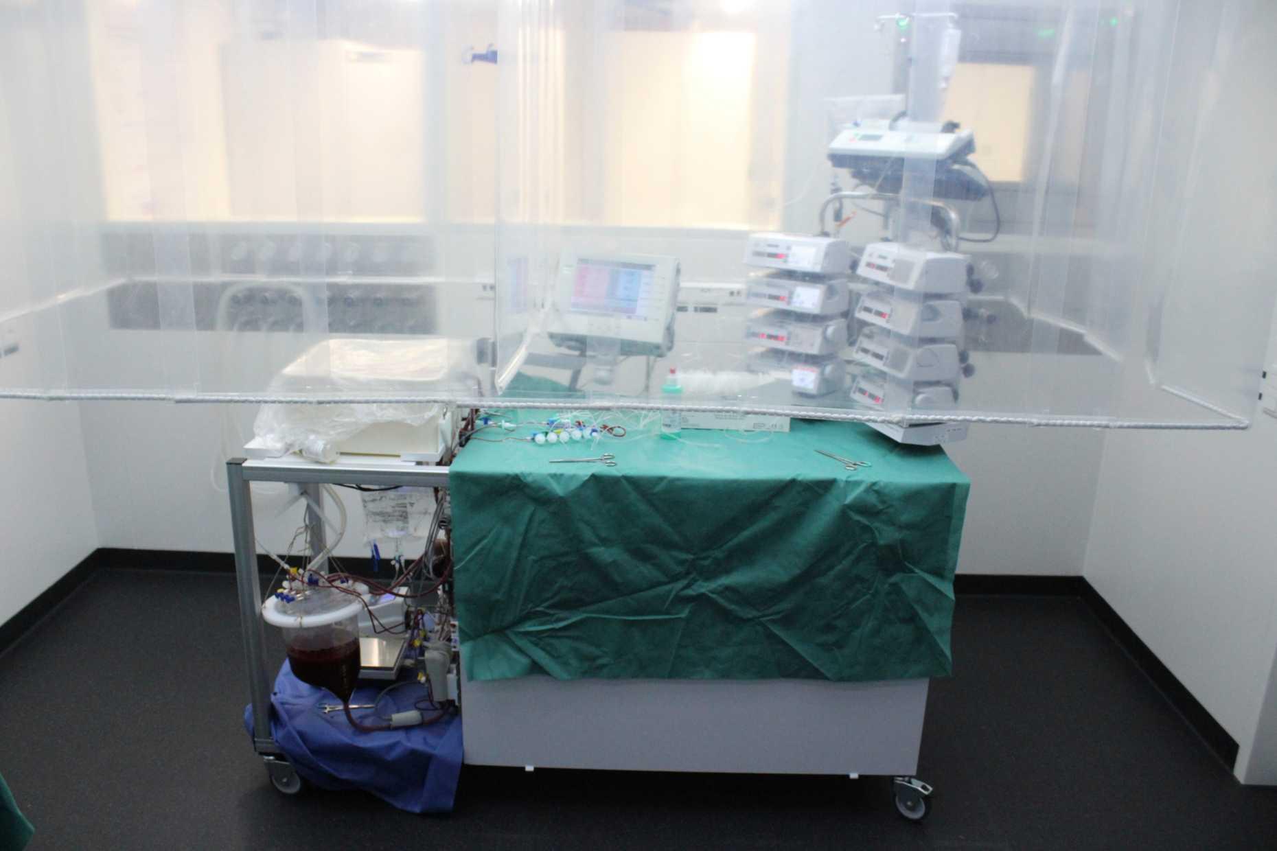 Die Perfusionsmaschine in Betrieb. Die Leber wird im weissen Behälter links oben angeschlossen. (Bild: USZ)