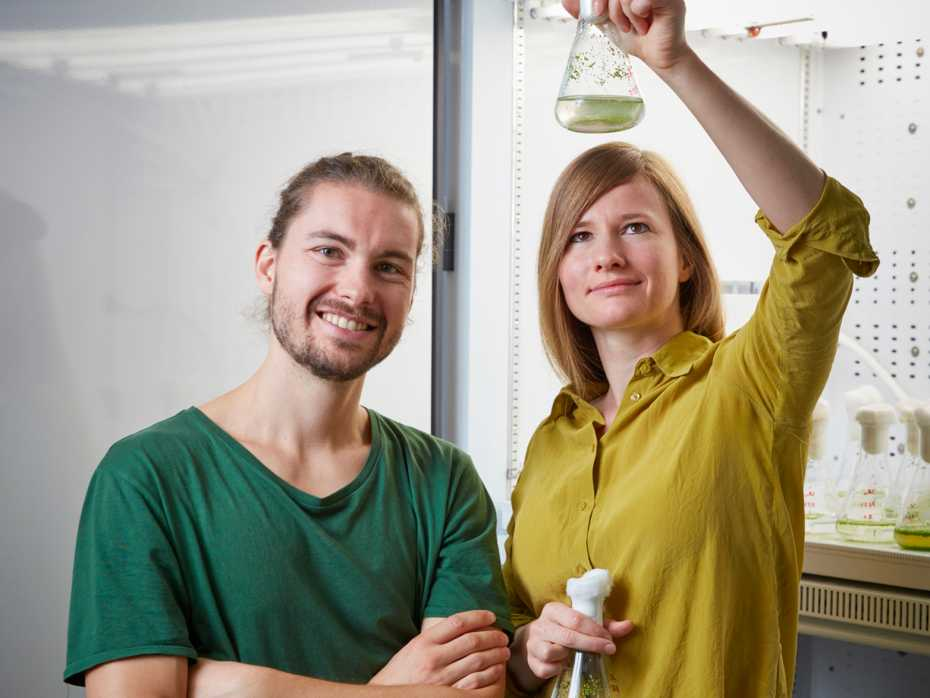 The researchers Cyrill Hess and Melanie Binggeli with duckweed