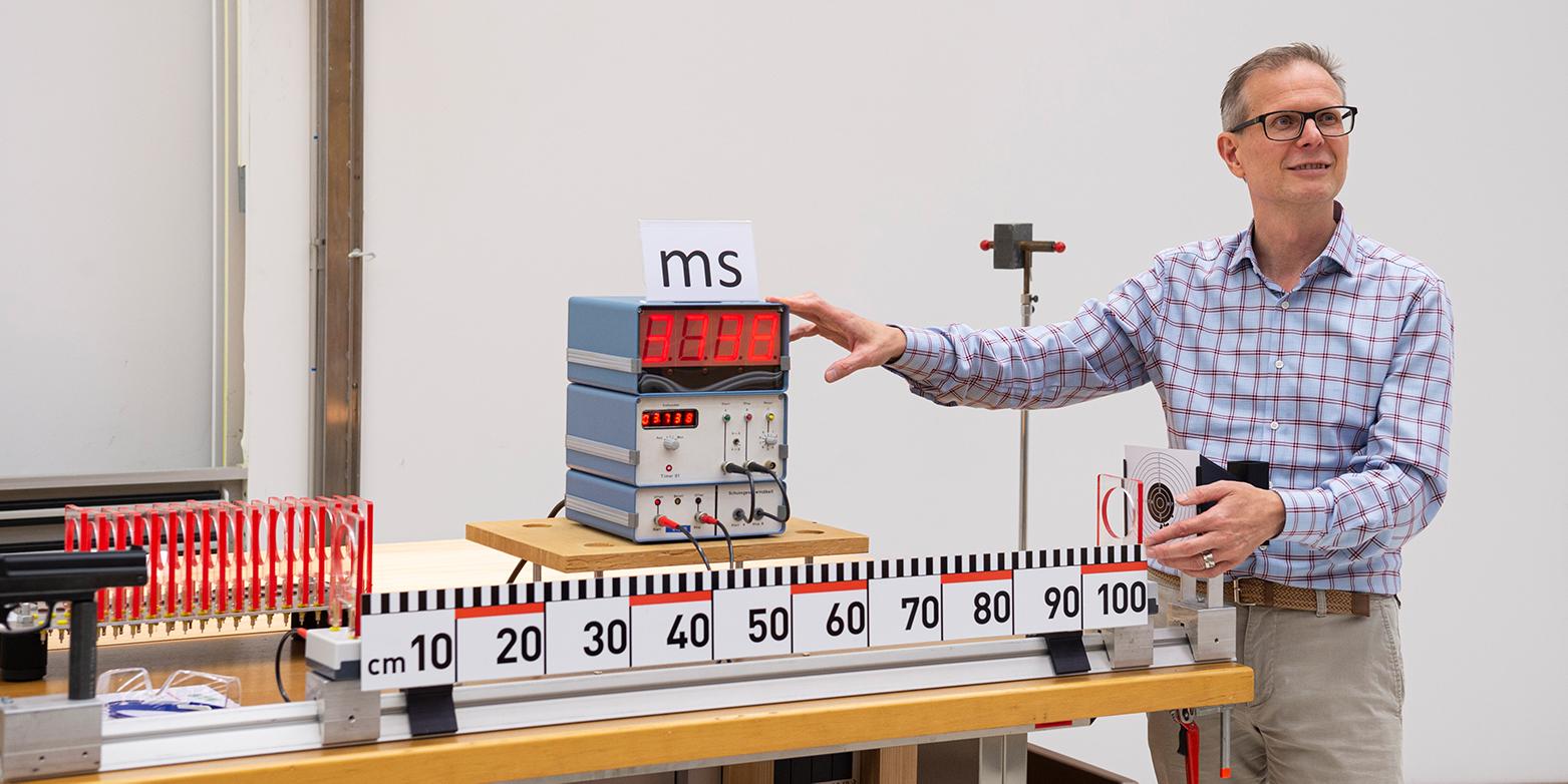 Günther Dissertori teaching physics