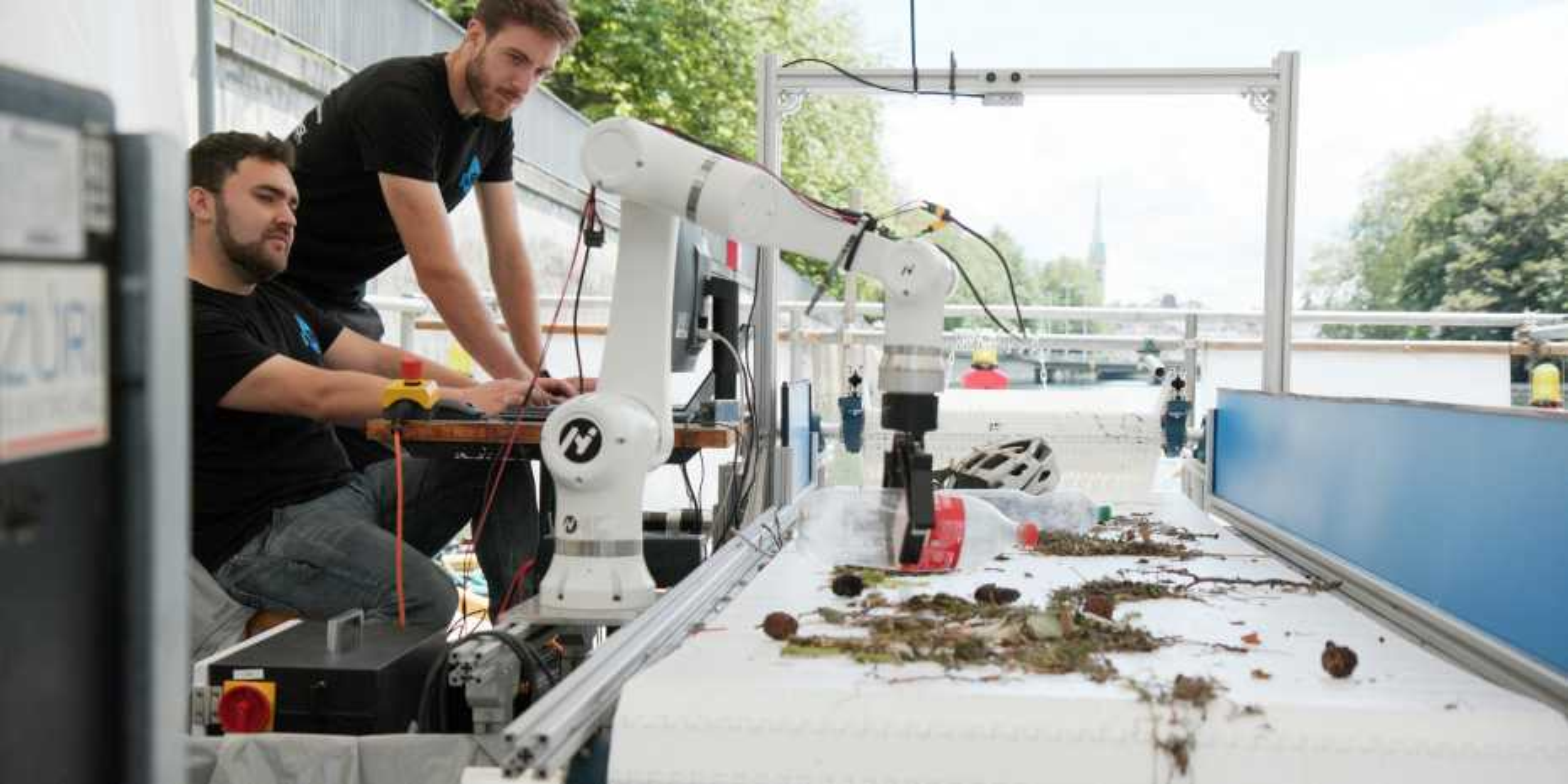 Robot removing plastics